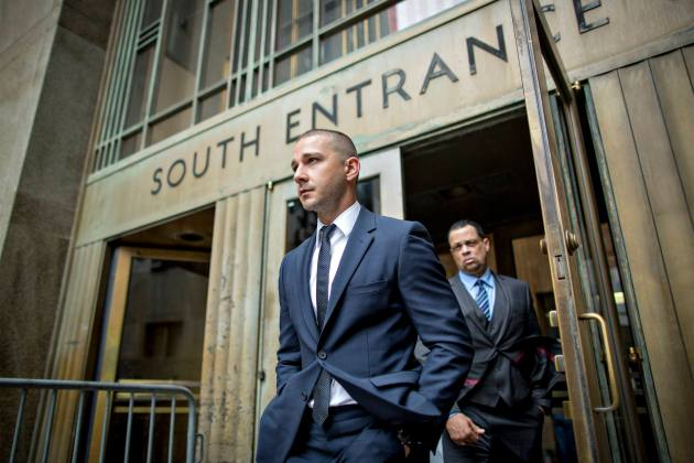 El actor Shia LaBeouf sale del Palacio de Justicia Criminal de Manhattan después de una aparición en Nueva York , 25 de noviembre de 2014. REUTERS / Brendan McDermid