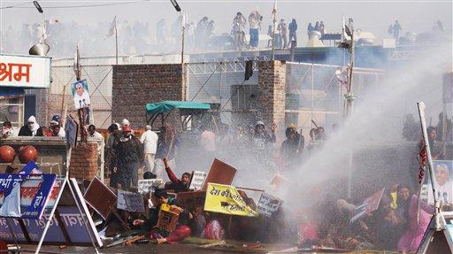 Foto: Algunos seguidores son bañados con un cañón de agua mientras la policía trata de entrar en un santuario para detener al gurú Sant Rampa / AP