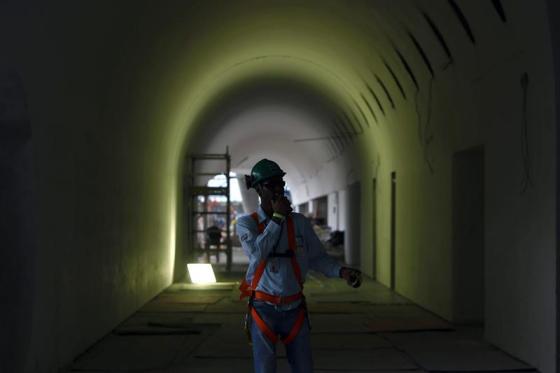 Un operario camina dentro de las obras del Museo del Mañana, que están al 76 por ciento concluidas en la zona portuaria de Rio durante una visita de la prensa hoy, 26 de noviembre de 2014 en la ciudad de Rio de Janeiro. El museo es un proyecto del arquitecto español Santiago Calatrava y estará totalmente concluido en el primer semestre de 2015.