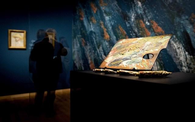 Una paleta y unos tubos de pintura pertenecientes al pintor holandés Vincent van Gogh se muestran en el museo Van Gogh, en Amsterdam, Holanda, hoy martes 25 de noviembre de 2014. El museo ha rediseñado la presentación de la colección para mostrar el desarollo de Van Gogh como artista. EFE / Koen Van Weel