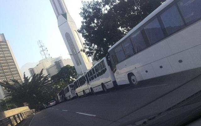 Caracas amaneció llena de autobuses / Foto @Argenisabreu4