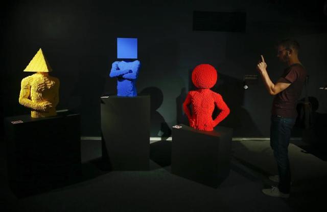 """Visitantes observan una de las obras que forman parte de la exposición """"The Art of the Brick"""" en Ciudad del Cabo, Sudáfrica, hoy, 22 de diciembre de 2014. La exposición reúne las obras del estadounidense Nathan Sawaya, quien ha logrado el reconocimiento internacional como el """"artista de los bloques"""" después de dar rienda suelta a su pasión infantil por este popular juego de construcción. EFE/NIC BOTHMA"""