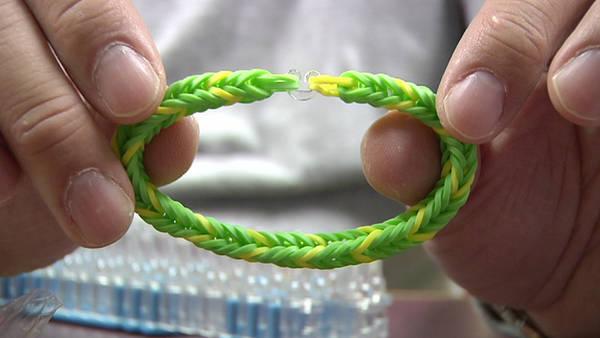 Foto: Las pulseras tejidas con gomitas multicolores / AP