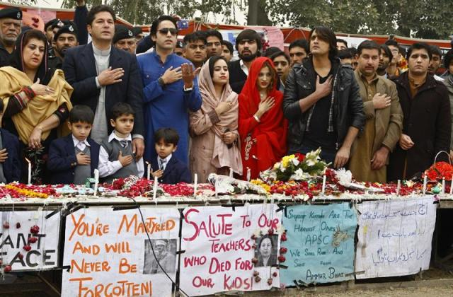 Familiares de las víctimas asisten a una ceremonia en memoria de los niños asesinados en un ataque terrorista a una escuela del ejército en Peshawar (Paquistán), hoy, lunes 22 de diciembre de 2014. La policía ha detenido a algunos sospechosos por complicidad con los tiradores talibanes que acabaron con la vida de 135 niños durante el ataque de la semana pasada. EFE/Arshad Arbab