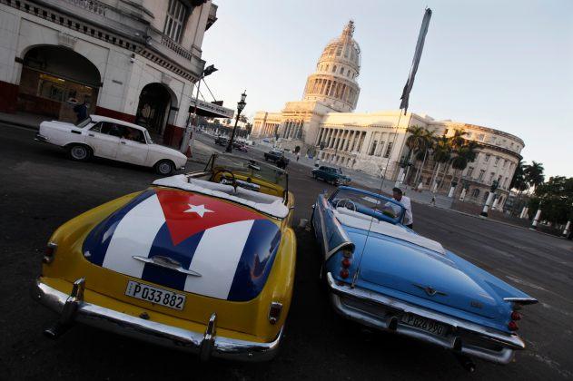 Foto: Un carro con una bandera cubana estacionado cerca del Capitolio de Cuba en La Habana.  REUTERS / Enrique De La Osa