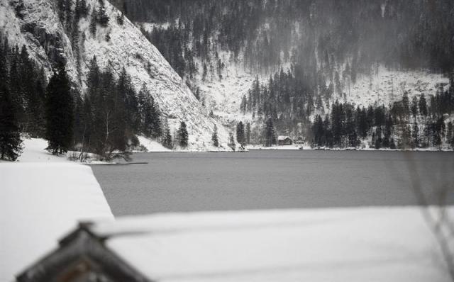 Vista del lago Altausse (Austria), uno de los escenarios escogidos para el rodaje de la nueva entrega de la saga James Bond, Spectre (Espectro), en Altaussee (Austria), hoy, lunes 5 de enero de 2015. Está previsto que la filmación de la película comience entre hoy y mañana. EFE/Barbara Gindl