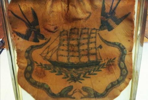Foto: Detalle de un tatuaje preservado de 1800, expuesto en el Surgeons Hall Museum de Edinburgo / milenio.com