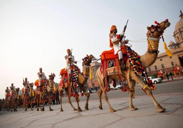 """Foto; Fuerza de Seguridad Fronteriza de la India (BSF) soldados montar en sus camellos, mientras ensayan para la ceremonia """"Vencer Retiro"""" en Nueva Delhi. La ceremonia simboliza refugio después de un día en el campo de batalla, y marca el fin oficial del Día de la República de la India celebraciones. Se celebra todos los años el 29 de enero REUTERS"""
