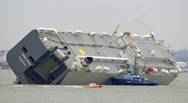 """Vista del carguero """"Hoegh Osaka"""" en la isla de Wight, en el sur de Inglaterra, Reino Unido, hoy, lunes 5 de enero de 2015. Los 25 miembros de la tripulación de este barco que transportaba vehículos fueron rescatados después de que la embarcación encallara el sábado en las costas de la isla de Wight. EFE/Gerry Penny"""