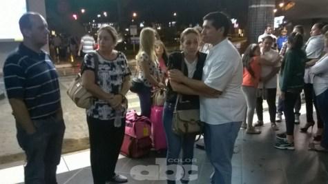 Los familiares de Maria Liz esperando el cuerpo en el aeropuerto
