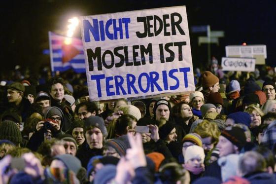 """Foto: Varios manifestantes participan en una contra-protesta contra la concentración del grupo Legida (""""Leipzig contra la Islamización de Occidente""""), ramificación del movimiento islamófobo Pegida (""""Patriotas Europeos contra la Islamización de Occidente""""), sosteniendo una pancarta en la que se lee """"No todos los musulmanes son terroristas"""", en Leipzig, Alemania, hoy, lunes 12 de enero de 2015. La canciller alemana, Angela Merkel, y el primer ministro turco, Ahmet Davutoglu, se pronunciaron en Berlín contra del terrorismo y la xenofobia, tras los atentados de París y el auge de Pegida en el país. EFE"""