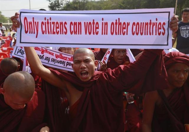 Monjes budistas nacionalistas birmanos protestan contra la decisión del Parlamento birmano sobre el asunto de la Tarjeta Blanca en Rangún (Birmania) hoy, miércoles 11 de febrero de 2015. Grupos nacionalistas incluidos monjes budistas protestaron contra la decisión parlamentaria de permitir a residentes sin poseer la nacionalidad birmana votar en un referéndum. El Parlamento birmano aprobó una ley que permite a cerca de un millon de personas con un permiso de residencia temporal, conocido como Tarjeta Blanca, votar en un referéndum en mayo sobre los posibles cambios en la Constitución del país. EFE/Nyein Chan Naing