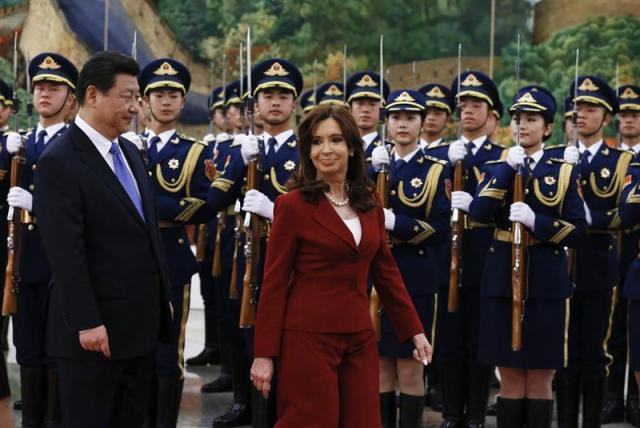 La presidenta argentina, Cristina Fernández de Kirchner (dcha), es recibida por el presidente chino, Xi Jinping (izda), a su llegada al Gran Palacio del Pueblo en Pekín (China) hoy, miércoles 4 de febrero de 2015. La presidenta argentina, Cristina Fernández, se reunirá con su homólogo de China, Xi Jinping, y ambos presiden una ceremonia de firma de una serie de acuerdos de cooperación económica bilateral. EFE/Rolex Dela Pena