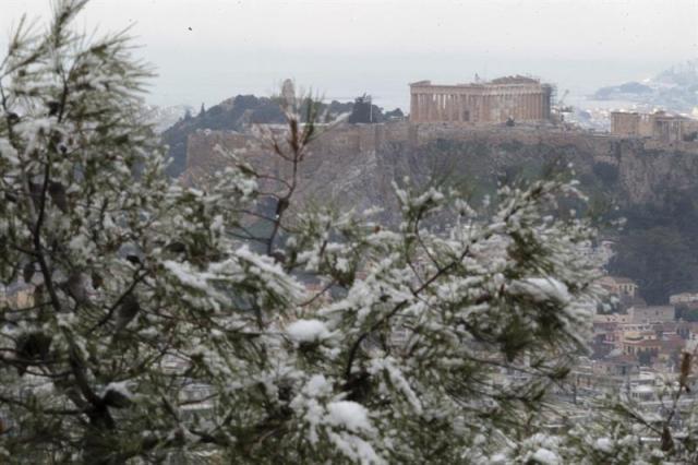 Vista general del Partenón en la colina de la Acrópolis tras una nevada en Atenas (Grecia) hoy, miércoles 11 de febrero de 2015. EFE/Pantelis Saitas