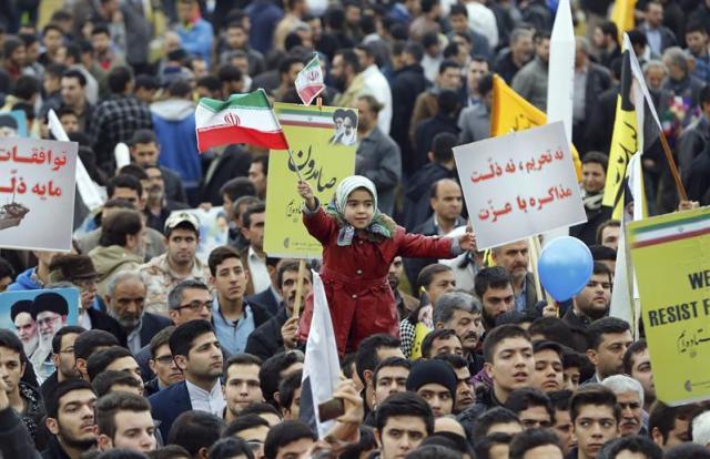 Una niña iraní ondea la bandera nacional durante una ceremonia conmemorativa por el 36 aniversario de la victoria de la Revolución Islámica, que depuso en 1979 al último sha de Persia, Mohamed Reza Pahlevi, en Teherán (Irán), hoy, miércoles 11 de febrero de 2015. EFE/Abedin Taherkenareh