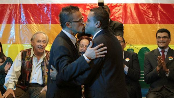 matrimonio-homosexuales-gay-pareja-600beso-afp