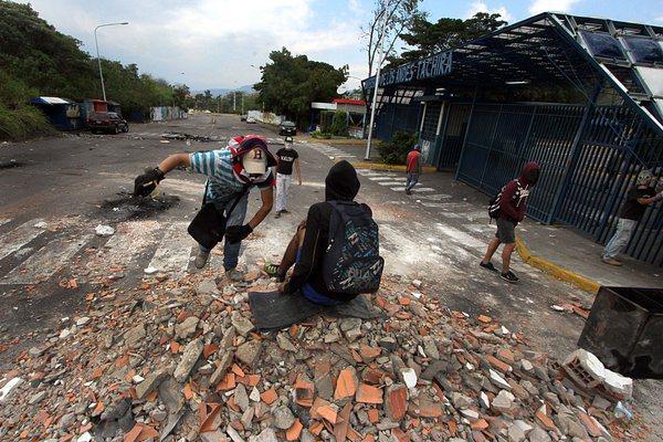 Un grupo de jóvenes se mantenía este viernes en la ULA-Táchira, luego de la situación presentada la madrugada del viernes.(Foto/ Jorge Castellanos