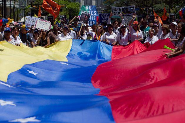 """OPOSITORES VENEZOLANOS MARCHAN CONTRA USO DE """"FUERZA POTENCIALMENTE MORTAL"""""""