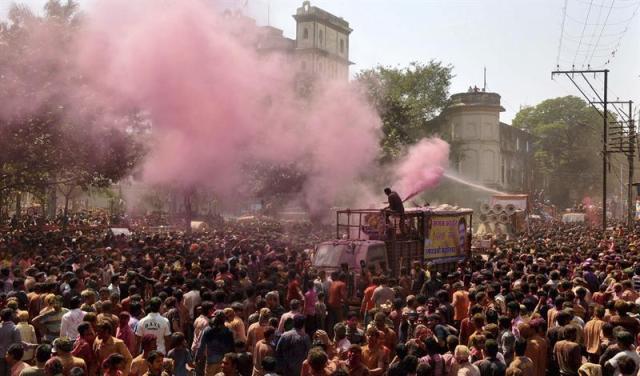 Una multitud participa en la celebración del festival Rangpanchami en Bhopal (India) hoy, martes 10 de marzo de 2015. El festival se celebra tras el quinto día de la celebración del Holi. EFE/Sanjeev Gupta