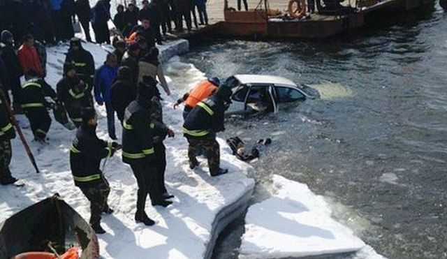 Mueren-abrazados-coche-congelado-rio_MDSIMA20150313_0281_21