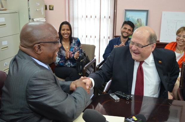 El Primer Ministro Timothy Harris y el Secretario Ejecutivo de PetroCaribe Bernardo Alvarez