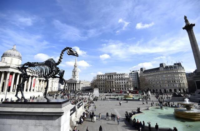 """Vista de la escultura """"Caballo regalado"""" del artista alemán Hans Haacke en el cuarto plinto de la plaza de Trafalgar en Londres (Reino Unido) hoy, jueves 5 de marzo de 2015. El """"Caballo regalado"""" es la cuarta escultura descubierta como parte del programa Comisión Cuarto Plinto. EFE/Facundo Arrizabalaga"""