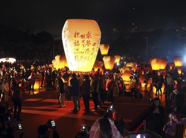Una multitud suelta linternas de papel durante la celebración del Festival Pingxi Sky de Linternas en Taipei (Taiwán) hoy, jueves 5 de marzo de 2015. Cerca de 4.000 linternas de papael han iluminado el cielo en un rezo por la paz y la felicidad. EFE/David Chang