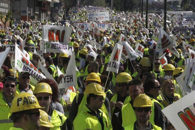 Miles de mineros protestan junto al Ministerio de Reconstrucción Productiva en Atenas (Grecia) hoy, jueves 16 de abril de 2015. Más de 4.000 trabajadores de las minas de oro de la turística península de Calcédica, en el norte de Grecia, se manifestaron en Atenas para reclamar los permisos para continuar con su actividad, después de que en febrero el nuevo Gobierno se los retirara. El motivo de la revocación de los permisos es la necesidad del ministerio de inspeccionar las instalaciones tras varias denuncias de asociaciones locales, que acusan a la empresa de violación de las reglas de construcción. EFE/Orestis Panagiotou