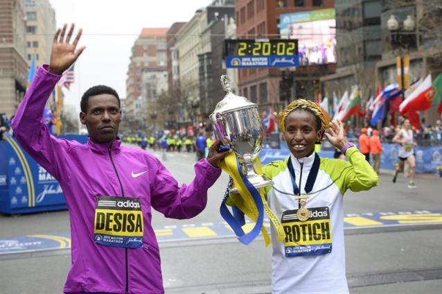 El etíope Lelisa Desisa (i) y la keniata Caroline Rotich (d) celebran su victoria en el maratón de Boston, Massachusetts, Estados Unidos hoy 20 de abril de 2015. El maratón de Boston, el más longevo del mundo, celebra hoy su 119 edición, con la difícil tarea de repetir la gesta de Meb Keflezighi, que se convirtió el año pasado en el primer estadounidense en ganar la prueba desde 1983. EFE/Cj Gunther