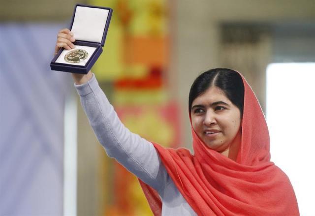 Imagen de archivo que muestra a la galardonada con el Nobel de la Paz 2014, Malala Yousafzai, durante la ceremonia de entrega de los Premios Nobel en Oslo (Noruega) el 10 de diciemrbe de 2014. La NASA anunció hoy, jueves 16 de abril de 2015, el nombramiento de un asteroide perteneciente al cinturón entre Marte y Júpiter como 316201 Malala en honor a la activista paquistaní. EFE/Cornelius Poppe
