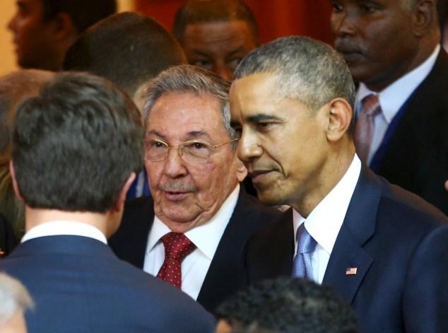 El presidente de Estados Unidos, Barack Obama, conversa con su homólogo cubano, Raúl Castro, antes de la inauguración de la Séptima Cumbre de las Américas en Ciudad de Panamá