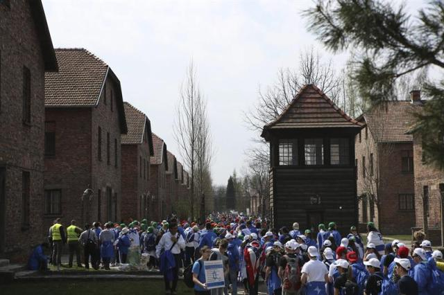 """Miles de personas participan en la """"marcha de los vivos"""" en el antiguo campo de exterminio de Auschwitz en Oswiecim (Polonia) hoy, jueves 16 de abril de 2015. Miles de jóvenes judíos recuerdan cada año el Holocausto nazi en el antiguo campo de exterminio de Auschwitz, durante la denominada """"marcha de los vivos"""". EFE/Stanislaw Rozpedzik"""