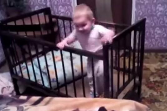Increíble! Bebé crea magnífico plan para escapar de su cuna (Video ...