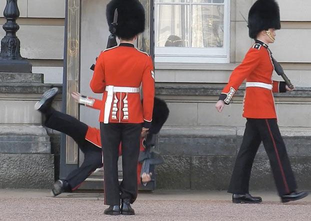 Foto: Caida de guardia en el Palacio Buckingham / mibrujula.com