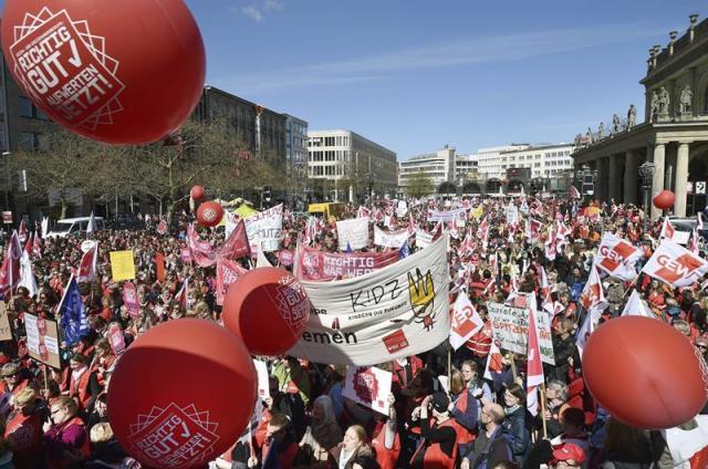 Cuidadores de centros de día de los estados alemanes del norte protestan por sus condiciones salariales en Hanover (Alemania) hoy, jueves 16 de abril de 2015. Los cuidadores y educadores sociales exigen un mayor reconocimiento de su trabajo y mejoras salariales. EFE/Holger Hollemann