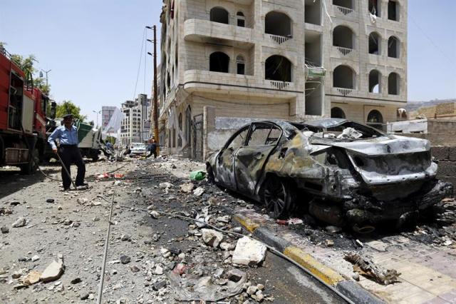 Un policía observa los daños tras un supuesto bombardeo de la coalición árabe en Saná, Yemen, el 20 de abril del 2015. Los combates entre milicianos hutíes y fuerzas leales al presidente yemení, Abdo Rabu Mansur Hadi, prosiguen paralelamente a los ataques de la aviación de la coalición árabe contra posiciones de los rebeldes. EFE/Yahya Arhab