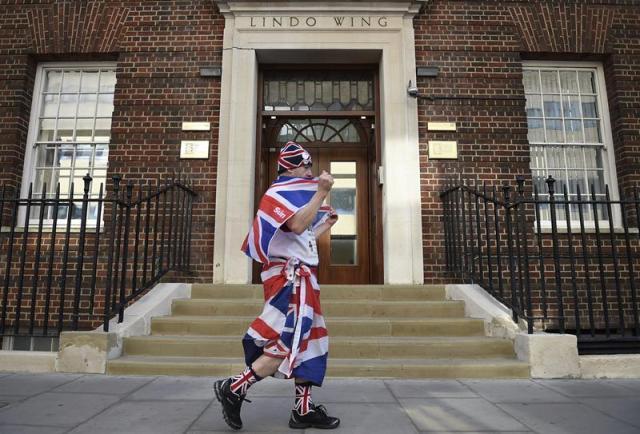 Jon Loughrey, un fan de la familia real británica, se pasea frente a la sala privada Lindo del hospital de Sr. Mary's en Londres (Reino Unido), hoy, jueves 16 de abril de 2015. La duquesa Catalina, esposa del príncipe Guillermo de Inglaterra, dará a luz a su segundo hijo en la clínica Lindo a finales de abril. EFE/Andy Rain