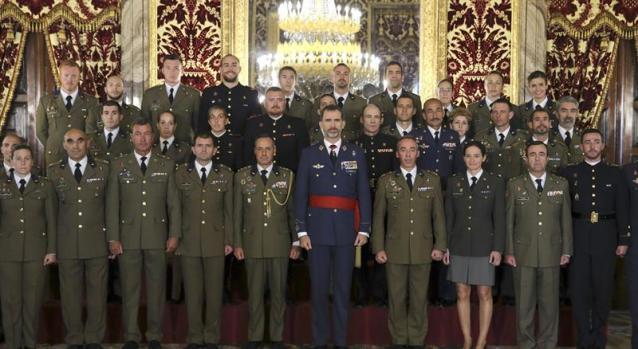 El rey Felipe IV posa para la foto de familia junto a una comisión de los mejores deportistas del Cuarto Militar y de la Guardia Real entre los años 2012 y 2014, a quienes ha recibido en audiencia hoy en el Palacio Real. EFE/Ballesteros