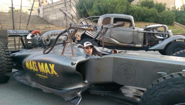 """Pastor Maldonado en un Lotus F1 """"Mad Max"""" que se usará en la película  Mad Max: Furia en la carretera"""