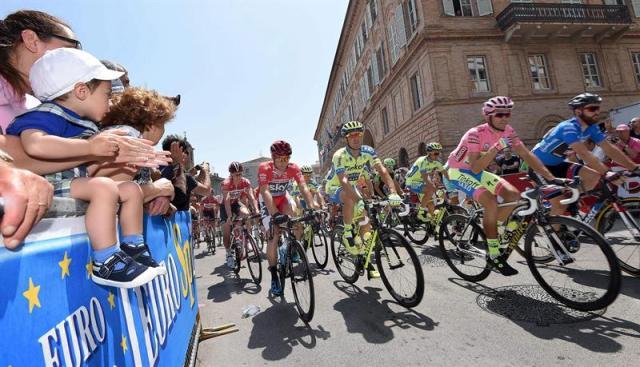Los ciclistas comienzan la 10ª etapa del 98º Giro de Italia en la localidad de Civitanova Marche (Italia) hoy, martes 19 de mayo de 2015. La etapa de 200 kilómetros discurre entre las localidades de ivitanova Marche y Forli. EFE/Daniel Dal Zennaro