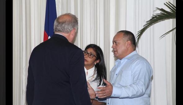 Thomas Shannon, DElcy Rodríguez y Diosdado Cabello en el Palacio Nacional de gobierno de Haití el 13 de junio de 2015 / v