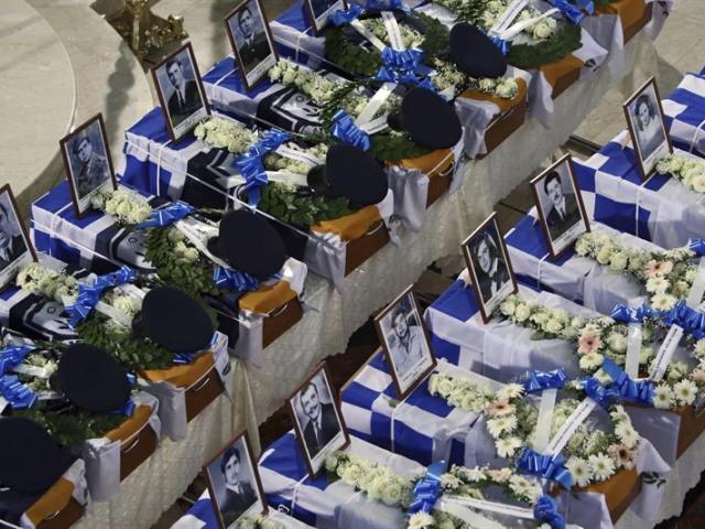 Imagen de los féretros con los restos mortales de las 17 personas halladas en una fosa común y cuyas identidades han sido comprobadas gracias a la prueba del ADN, durante una misa funeraria por el 41 aniversario del golpe de estado en Chipre celebrada en Nicosia (Chipre), hoy, miércoles 15 de julio de 2015. EFE/Katia Christodoulou
