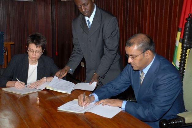 Presidente Bharrat Jagdeo y Jan-Clair Phillips, Gerente de Esso Exploration and Production Guyana Ltd, la firma del acuerdo ayer en la Oficina de la Presidencia el 30 de octubre de 2008 / Guyana Goverment Information Agency
