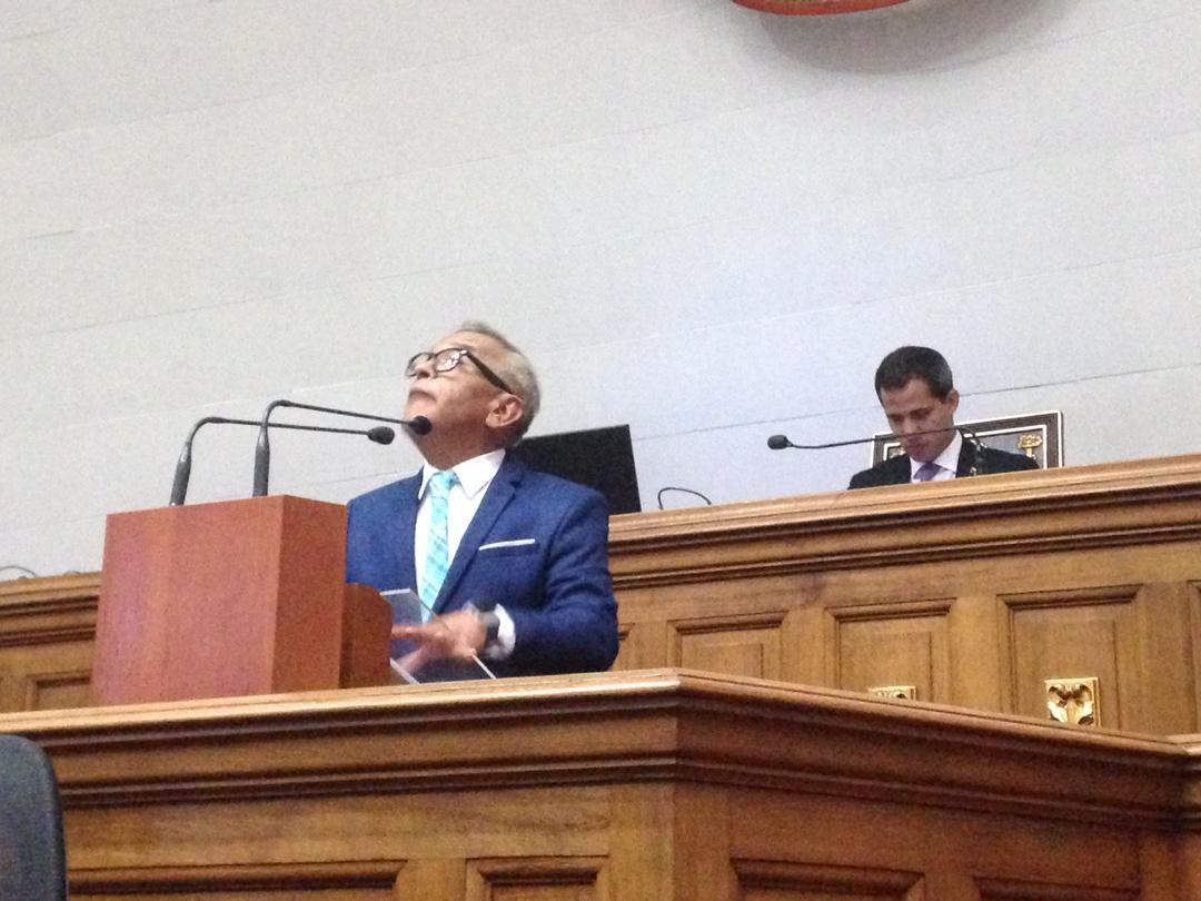 Parlamento pide más presión contra Maduro