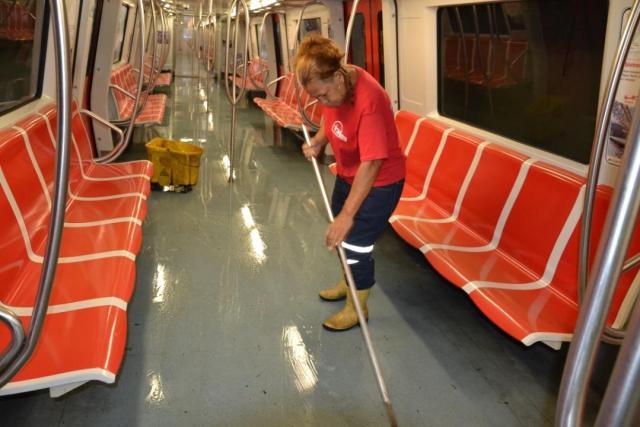 Trabajadores del Metro de Caracas limpian los vagones.