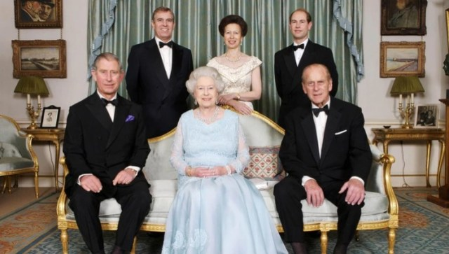la reina Isabel y sus hisjo - La reina Isabel II y Felipe celebran 73 años de casados