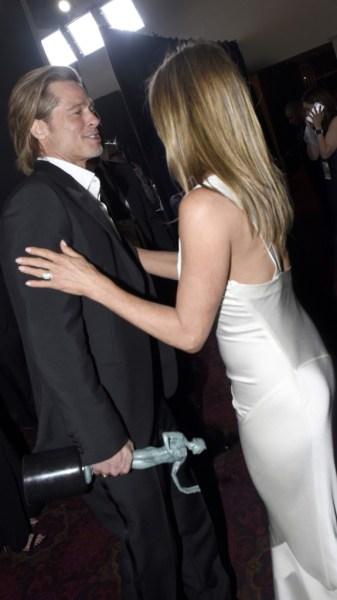 063 1200633570 - ¡OMG! Jennifer Aniston sigue usando el anillo de compromiso de Brad Pitt