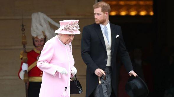 """El príncipe Harry y su abuela - Reina Isabel II pidió a Harry reunirse para """"reconectar"""" y limar asperezas"""