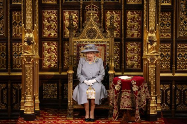 reina isabel ii - La drástica decisión de Isabel II que rompería uno de los principios de su reinado