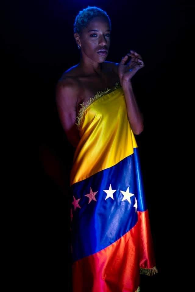 E5jnFt WEAEjJgg - La polémica FOTO de Yulimar Rojas, arropada solo por el pabellón nacional
